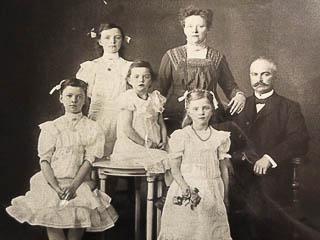Foto von 1909: Ehepaar Lücking mit ihren vier Töchtern