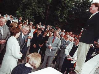 Architekt Stefan Thater bei der Grundsteinlegung des Ofenneubaues am 10. Juli 2000