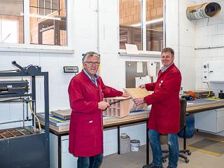 Foto: Ziegelmeister Claus Lohmann und Ziegeleibetriebsleiter Hubertus Becker