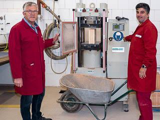Foto: Ziegeleibetriebsleiter Hubertus Becker und Jungziegelmeister Murat Uzunoglu