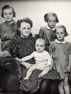 Foto von 1946: Louise Schulze mit ihren Töchtern
