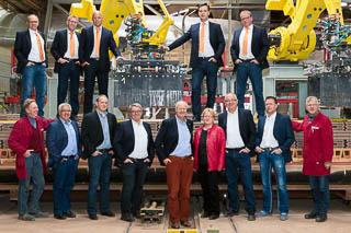 Gruppenfoto Mitarbeiter vor Setzroboter