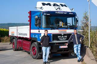 Zwei Männer vor altem Lücking Lastwagen.