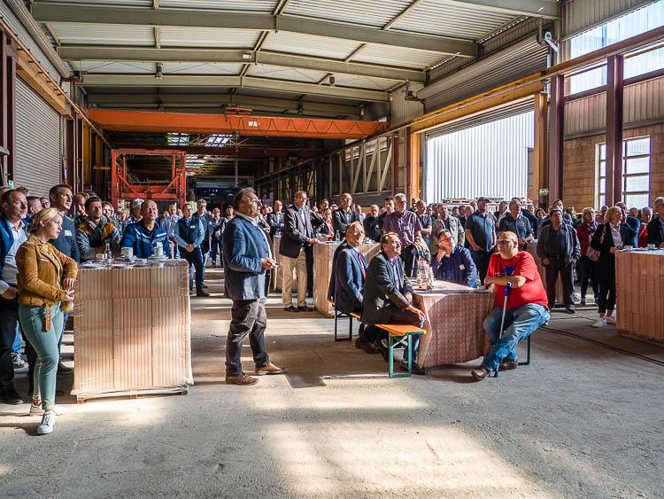 Vortrag zur Geschichte des Ziegelmontagebaus von Dr. Dieter Figge vor 180 Bauunternehmern und Baustoffhändlern.
