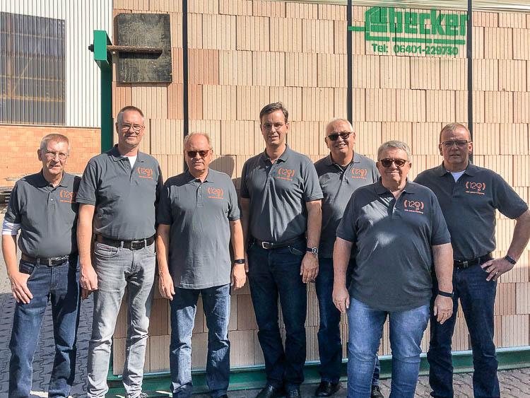 Das Lücking Vertriebsteam vor einem Ziegelelement v.l.n.r.: Werner Heermann, Hartwig Thiele, Klaus Becker, Stephan Böddeker, Ludger Scheideler, Georg Volkmer, Wilfried Knoke.