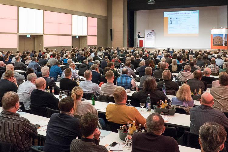 Zahlreiche Teilnehmer am Lücking Bau-Symposion lauschen den Vorträgen im Goldsaal der Westfalenhallen Dortmund
