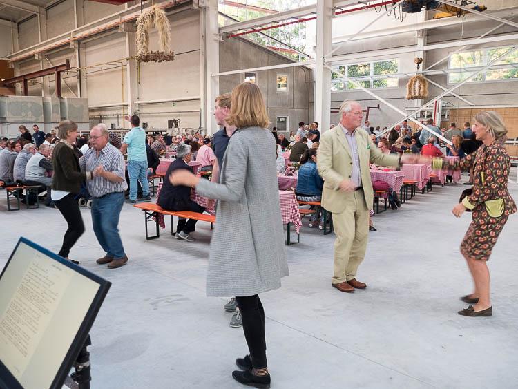 Foto: Ehepaar Thater und Gäste beim Tanz.
