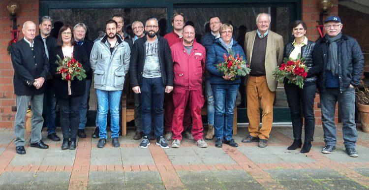 Geschäftsführer Joachim Thater (3. v. r.) mit den geehrten Mitarbeiterinnen und Mitarbeitern der Firma Lücking