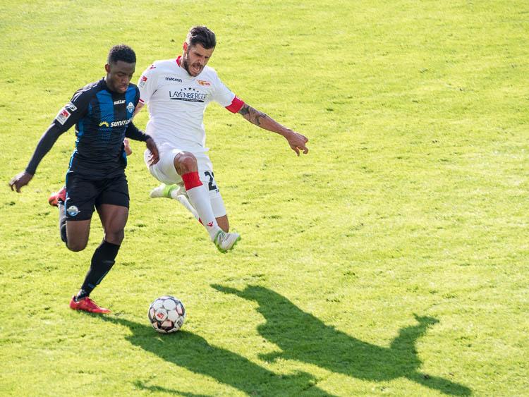 Foto: Ein Spieler des SC Paderborn 07 und ein Spieler des 1. FC Union Berlin beim Kampf um den Ball