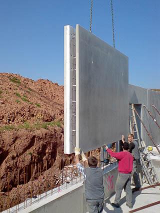 Bauarbeiter beim Absetzen einer Doppelwand plus.